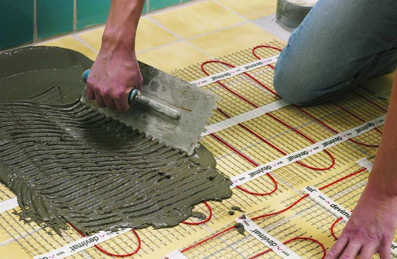Нанесение клеевой смеси для плитки