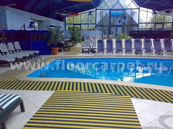 укладка дорожек вокруг бассейна в фитнес-центре