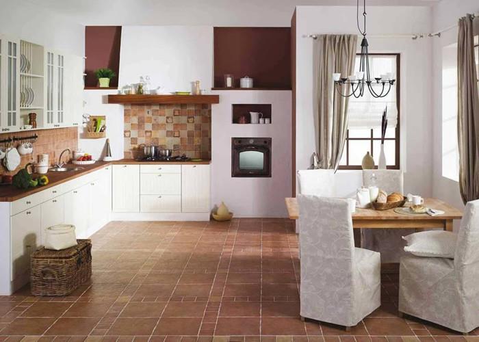 Клинкерная плитка на полу в кухне.
