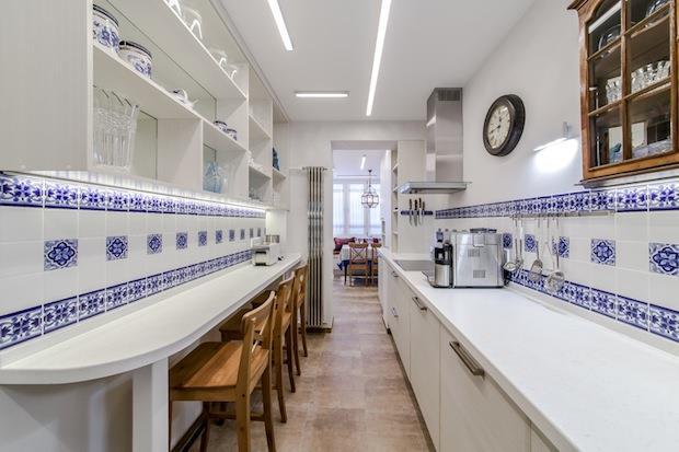 Фартук на узкой длинной кухне облицован майоликой.