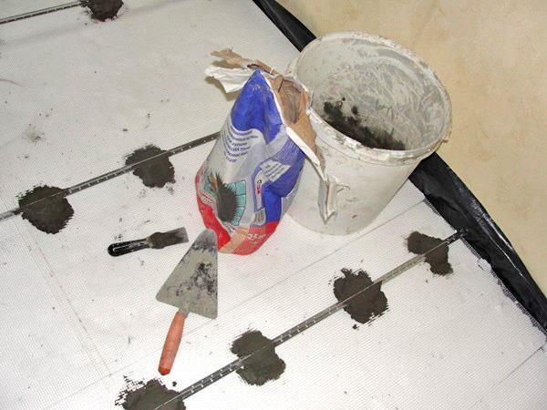 Установка маяков для стяжки в ванной под плитку