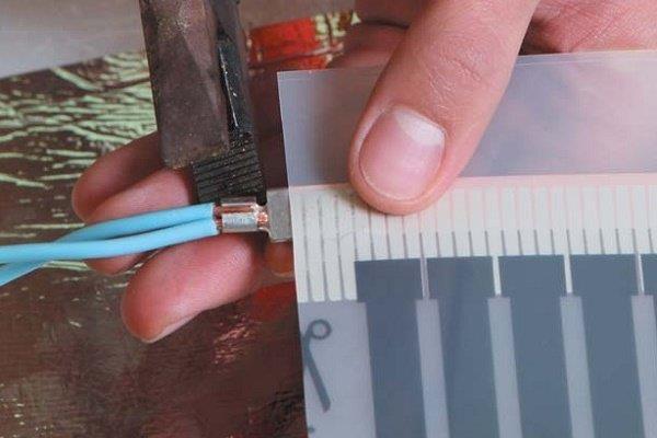 Шаг 8: Фиксация проводки в зажиме