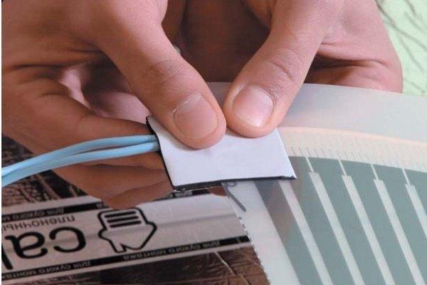 Шаг 9: Оклейка зажимов с подключенными проводами