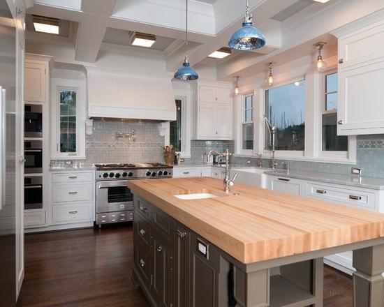 Преимущество столешницы из дерева - сочетаемость со всеми элементами кухни