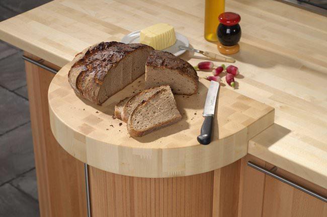 В качестве дополнения столешницы можно сделать и разделочную доску, которая будет выполнена в стиле столешницы