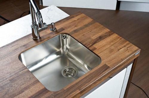 Столешница из дерева сделает интерьер кухни уютнее и теплее
